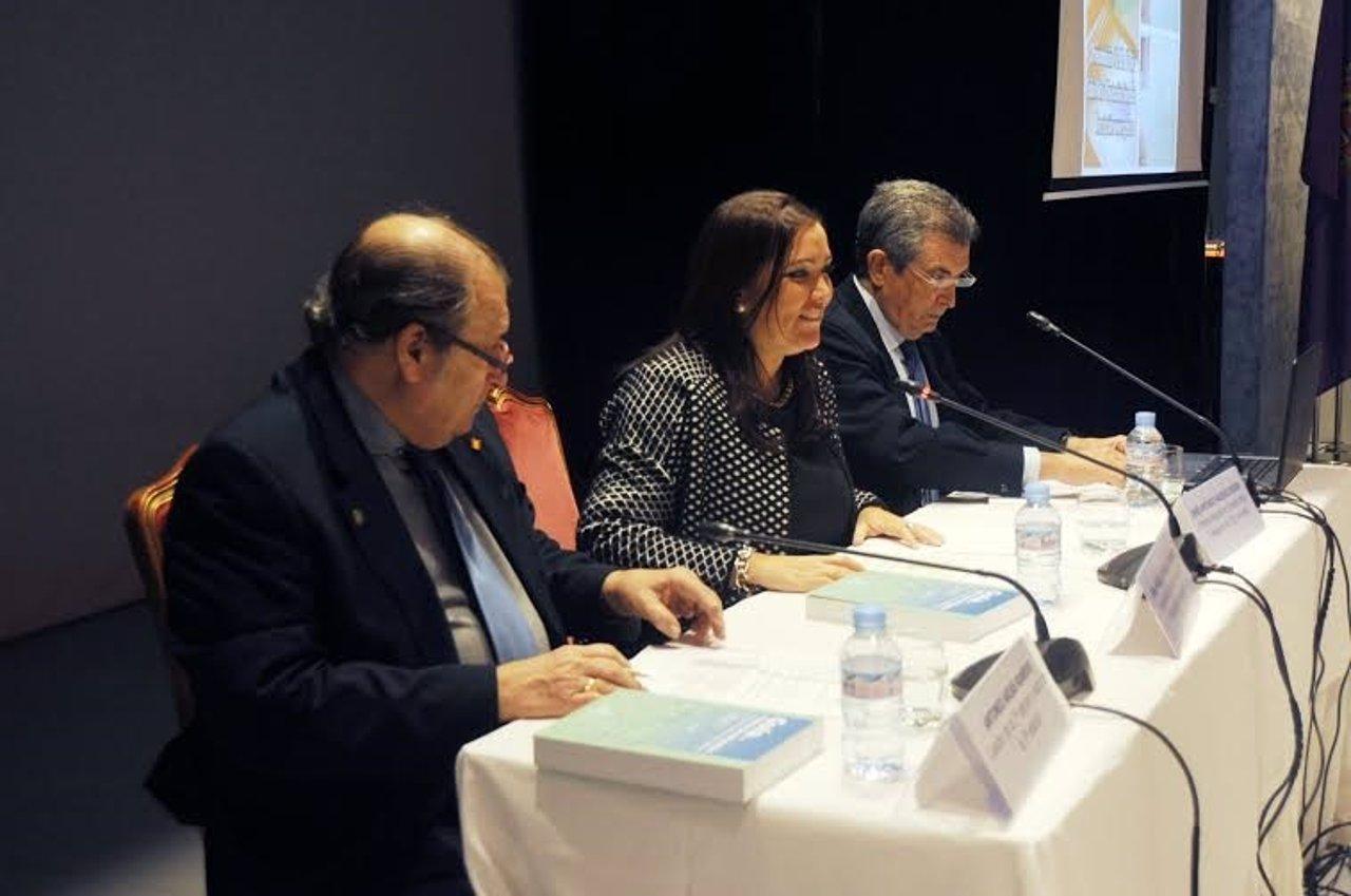 Carrillo (centro) presenta la II Guía de Internacionalización