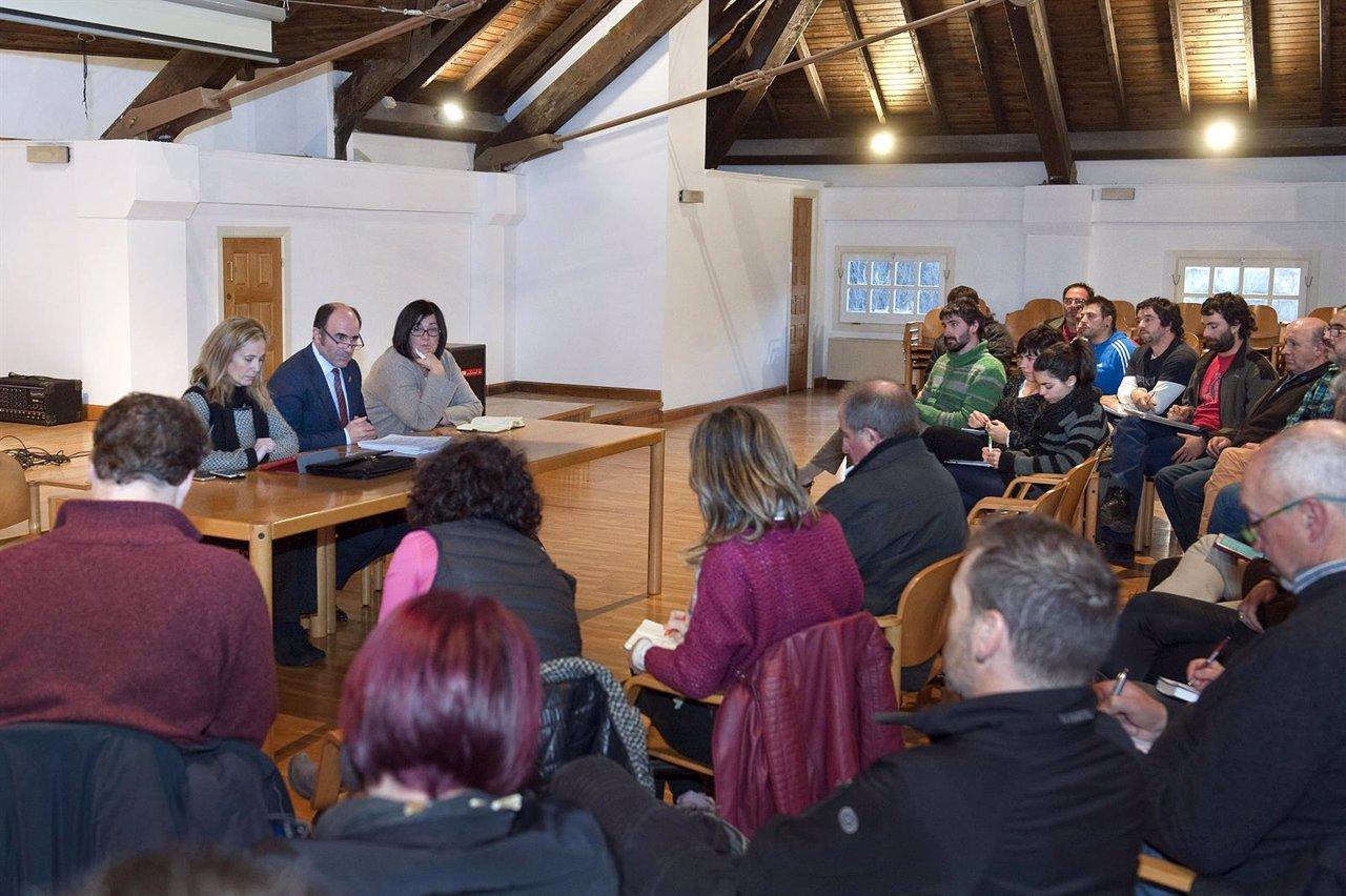 Manu Ayerdi se reune con representantes de los valles pirenaicos.