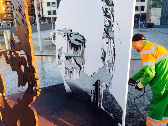 Ataque escultura de Azkuna