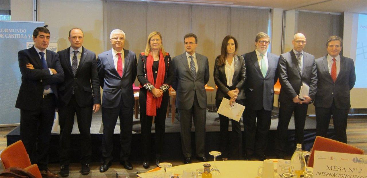 Foto de las autoridades asistentes al Foro de Internacionalización