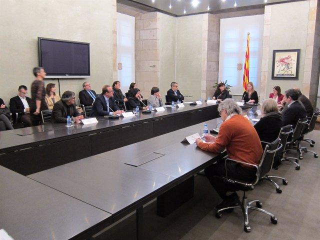 Firma de vicepresidenta Neus Munté y de representantes de las entidades
