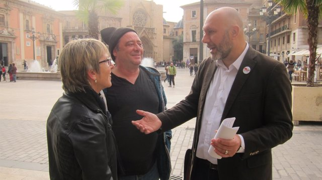 Ricardo Sixto tras atender a los medios en la Plaza de la Virgen de Valencia