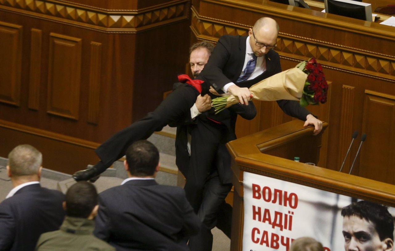 Un diputado trata de sacar del estrado al primer ministro Arseni Yatseniuk