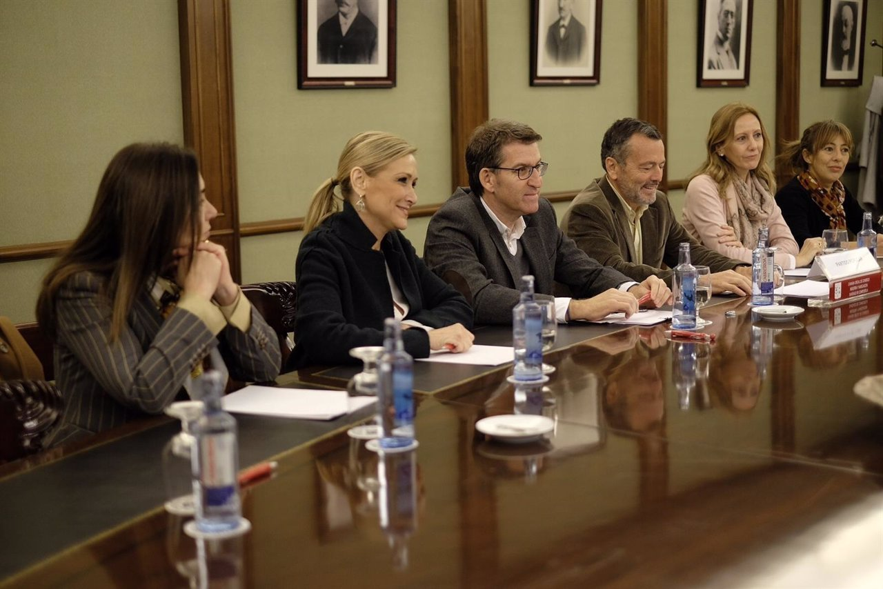 Reunión Feijóo Con Cámara De Comercio Santiago E Empresarios: Fotos