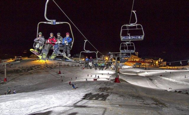 Esquí nocturno en la estación de esquí de Sierra Nevada