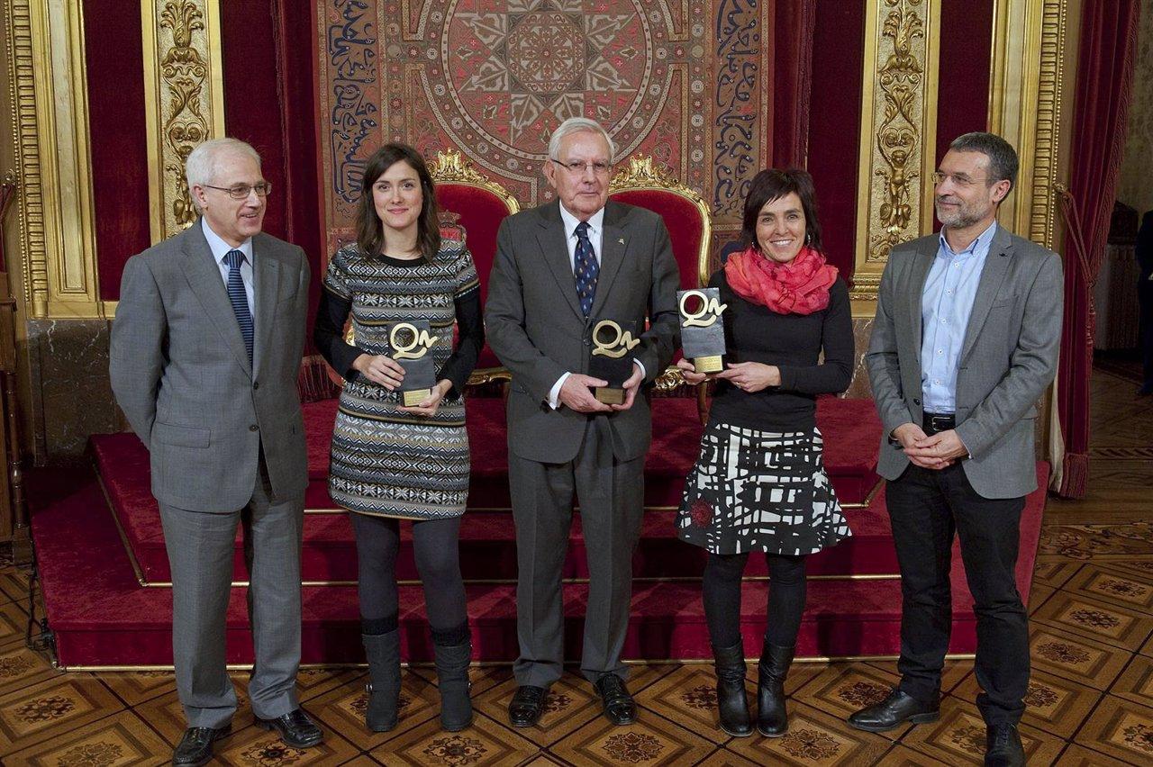 El vicepresidente Laparra y Miguel Echarri junto con los premiados.
