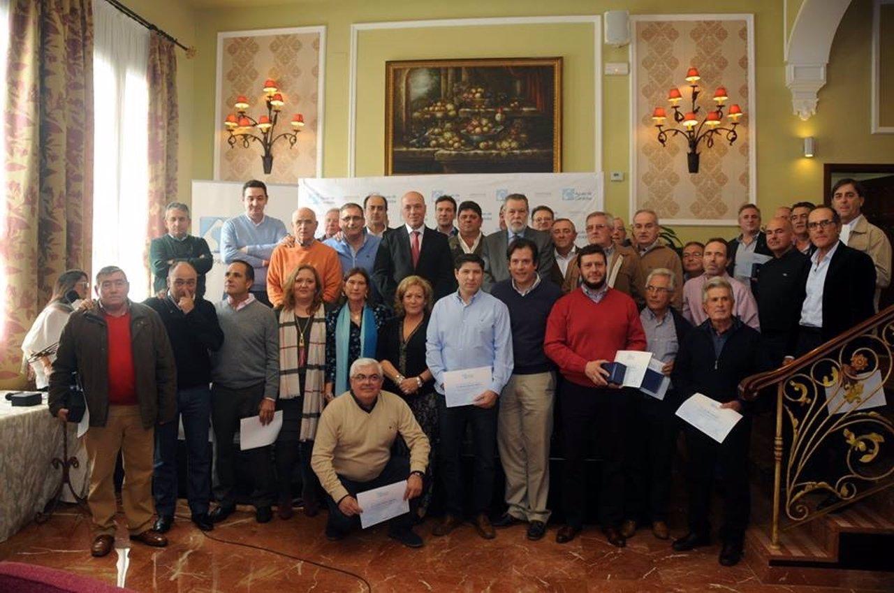 Antonio Ruiz (centro) asiste al homenaje a los trabajadores de Emproacsa
