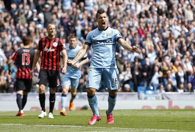 El Kun Agüero celebra un gol con el Manchester City