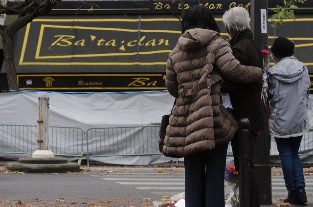 Personas delante de la sala Bataclan de París
