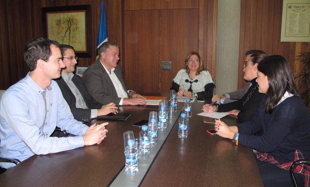 El consejero de Fomento se reúne con la alcaldesa de San Pedro