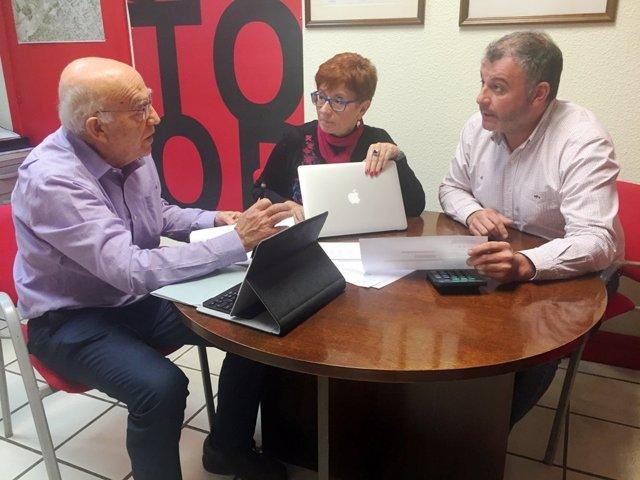 Imagen de los concejales socialistas debatiendo sobre la moción