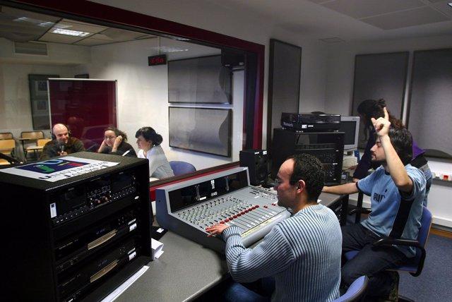 Audiovisuales de la UJI de Castellón, maquinaria de un estudio de radio.