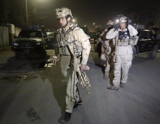 Miembros de la Unidad de Respuesta a Crisis afgana llegan al lugar del atentado