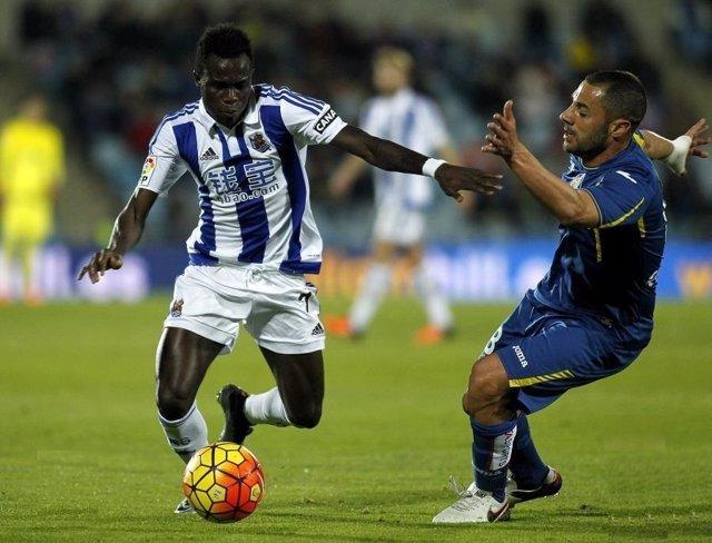 Bruma y Lacen pelean un balón en un Getafe-Real Sociedad