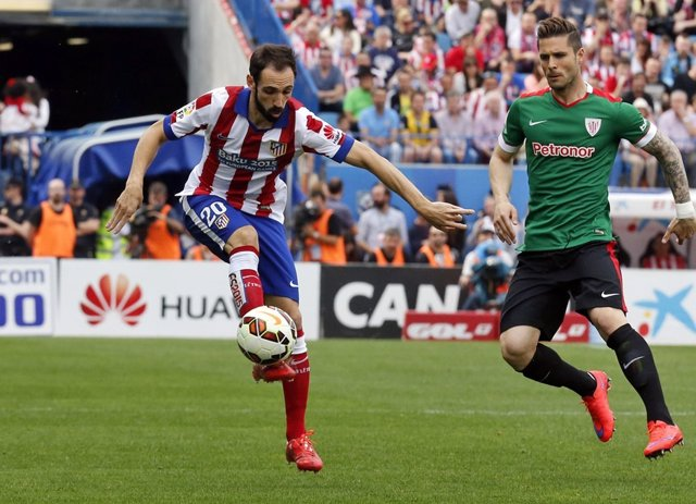 Atlético de Madrid - Athletic Club. Juanfran recibe un balón