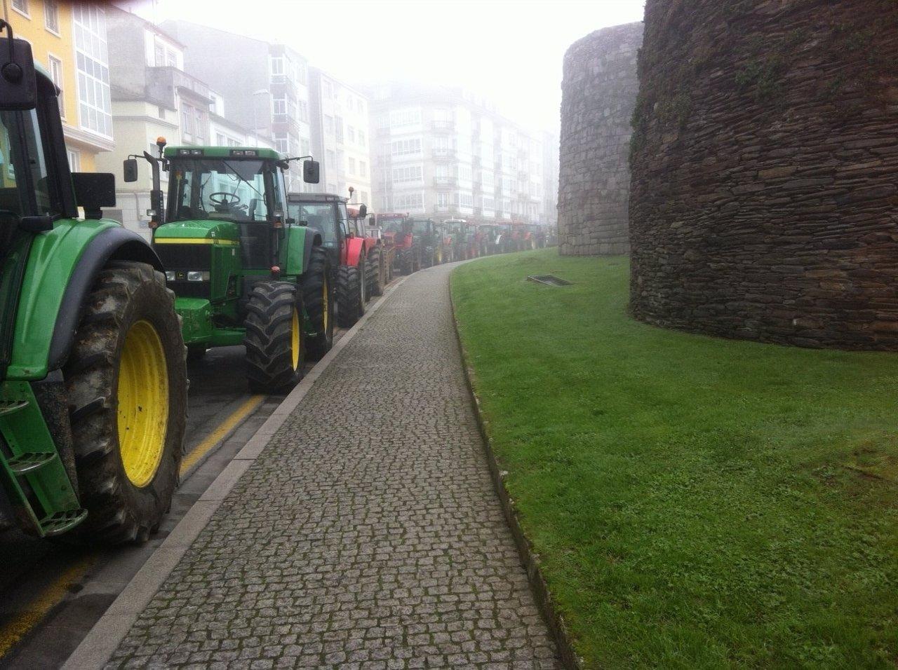 Tractores rodean la muralla de Lugo en defensa del sector lácteo.