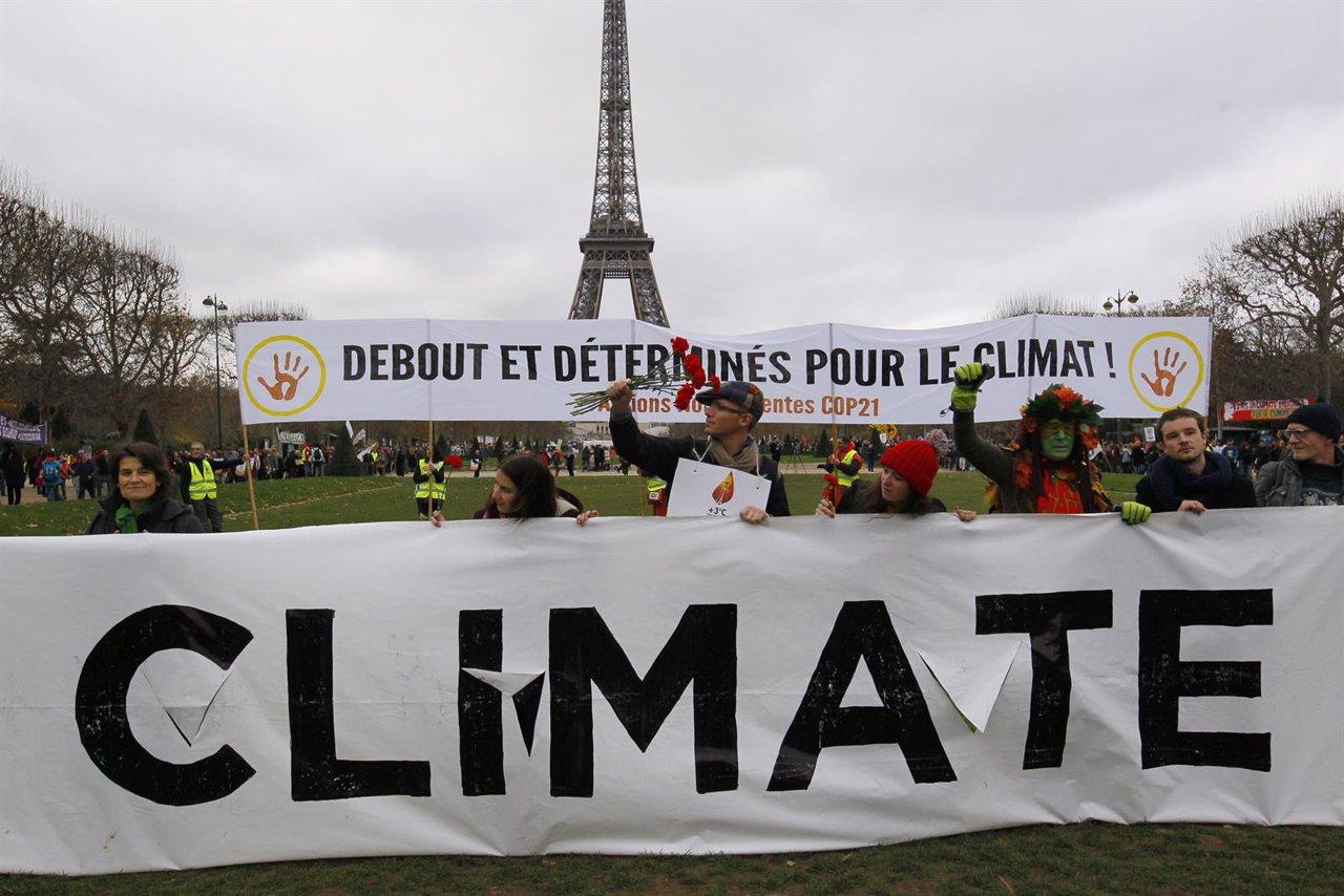 Activistas sostienen una pancarta en París durante la Cumbre Mundial por el Clim