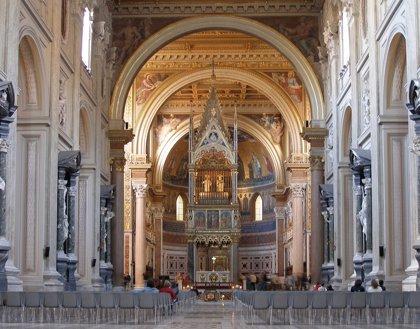 El Papa abre la puerta santa de la basílica de San Juan de Letrán