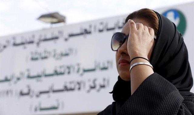 Una mujer después de votar en las elecciones de Arabia Saudí