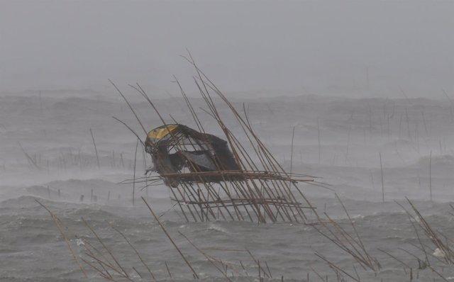 La casa de un pescador azotada por el viento y las olas del tifón de Filipinas