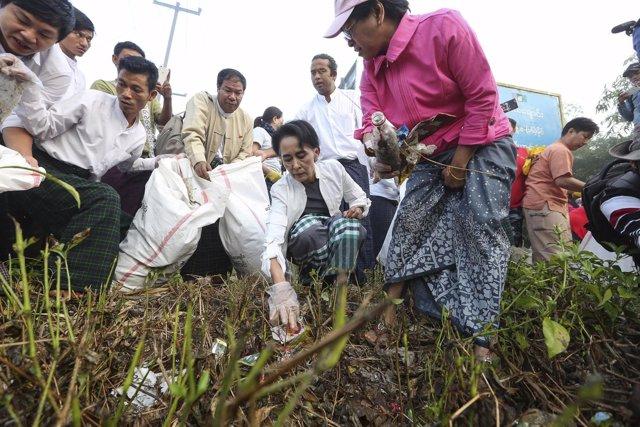 Aung San Suu Kyi participa en una campaña de recogida de basura en Birmania