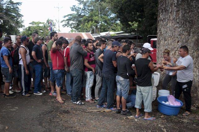 Migrantes cubanos hacen cola en la frontera entre Costa Rica y Nicargua