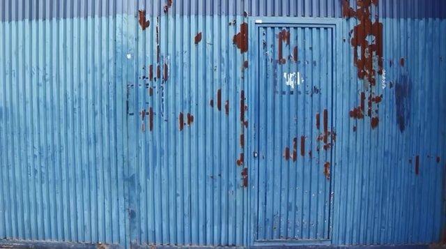 Imagen del tráiler de 'La puerta azul'