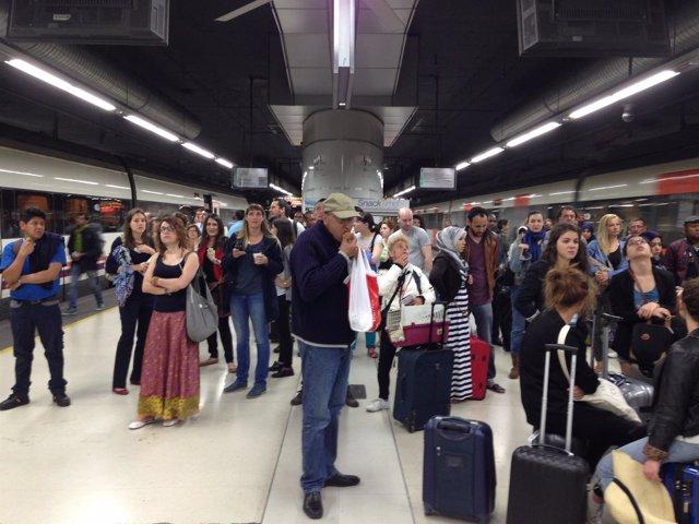 Estación de Sants. Tren. Retraso. Viajeros
