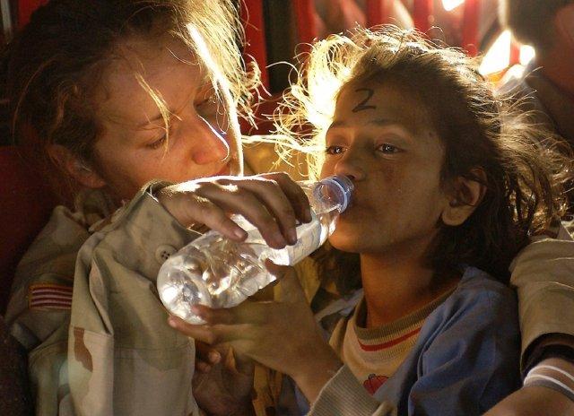 Dando de beber a un niño