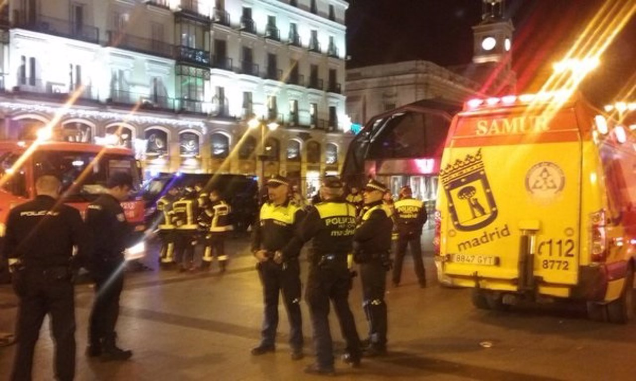 Policías, bomberos y Samur en la estación de Sol