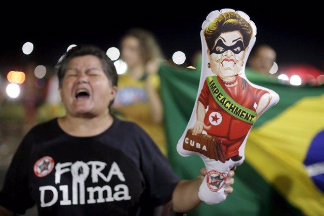 Una mujer pide el 'impeachment' de Rousseff en una manifestación