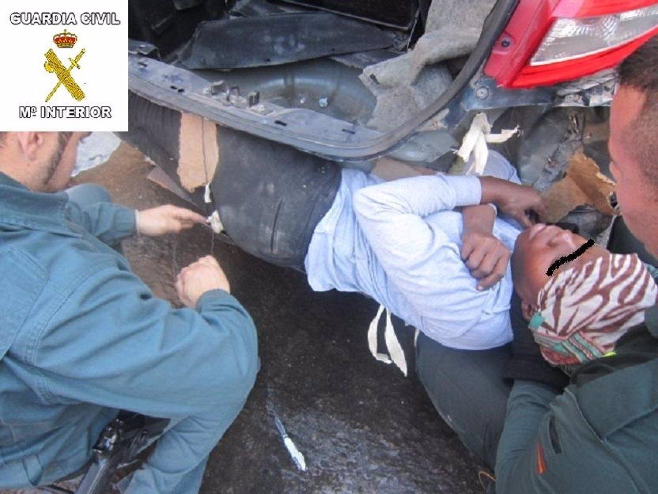 Inmigrante oculto en un doble fondo de un vehículo en Melilla