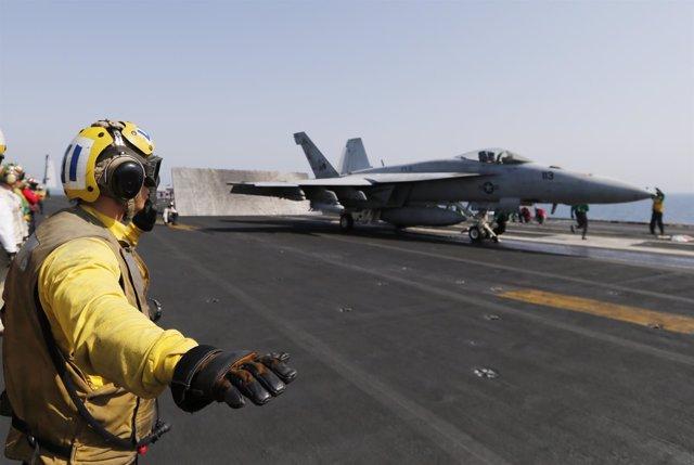 Caza de EEUU despega de un portaaviones