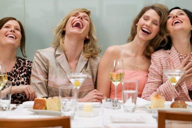 Mujeres, risa, restaurante, comida, alegría