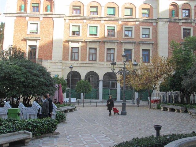 Edificio de Hacienda desde la plaza Deán Mazas