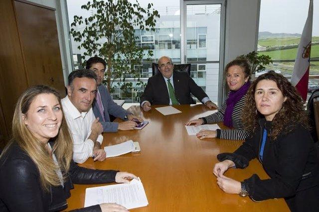 Reunión de la alcaldesa de Comillas, Teresa Noceda, con el consejero Jesús Oria