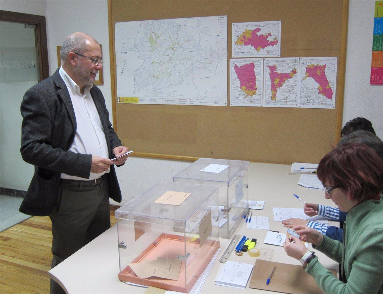 Francisco Igea ejerce su derecho al voto