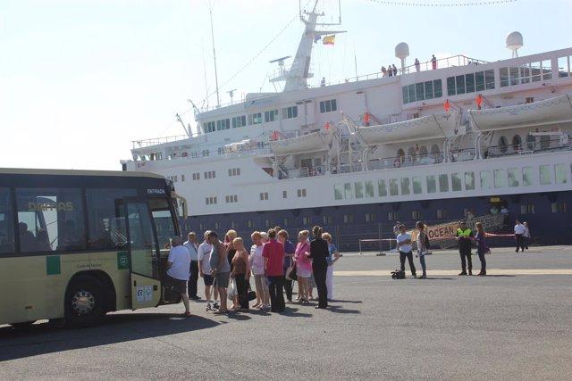 El Buque De Cruceros 'Ocean Countess' , En El Puerto De Huelva.