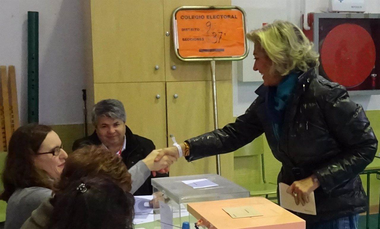 Cristina Herrera vota en Badajoz