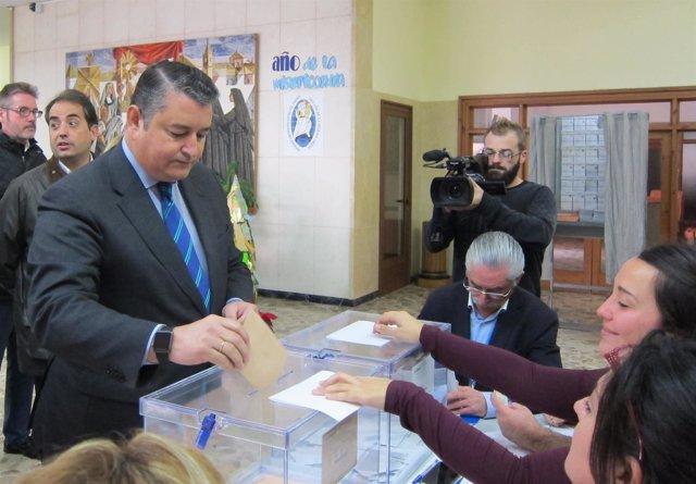 El delegado del Gobierno en Andalucía, Antonio Sanz, vota el 20D