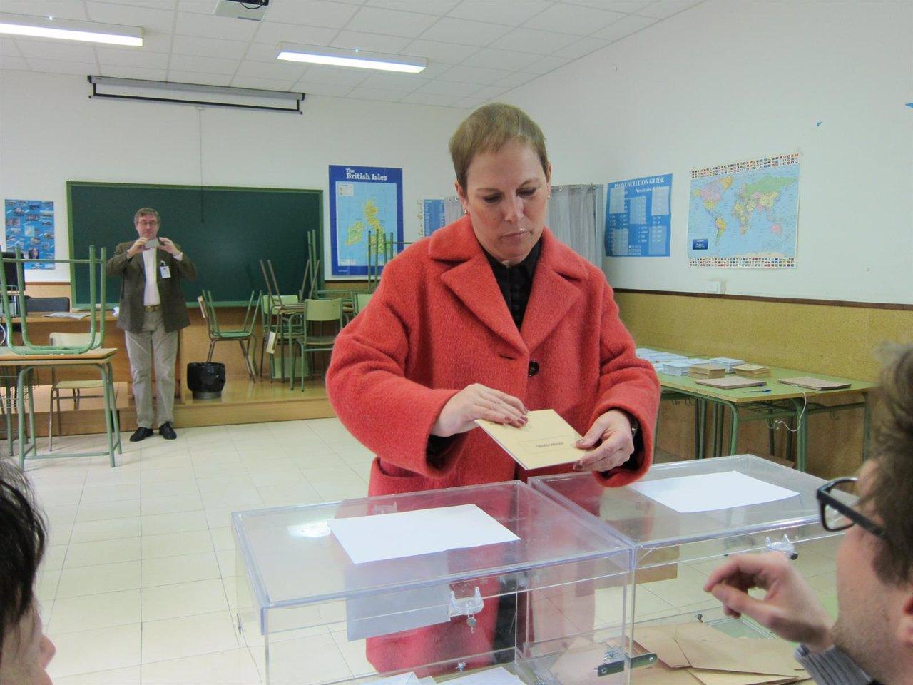 La presidenta del Gobierno de Navarra, Uxue Barkos, votando en Pamplona