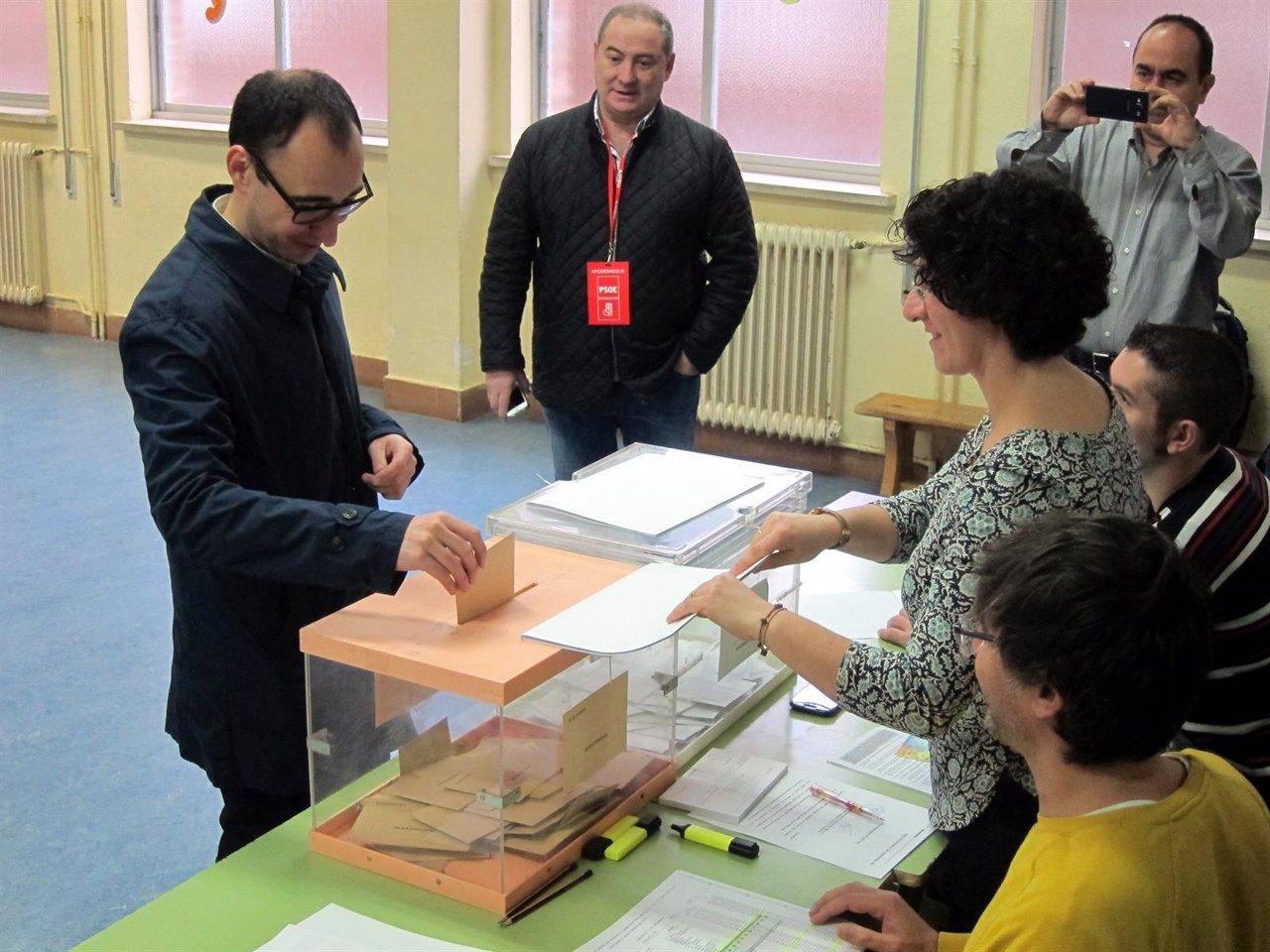 David Serrada ejerce su derecho al voto