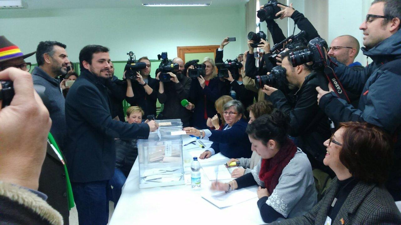 Garzón (UP- IU) ejerce su derecho al voto