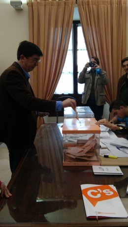 El presidente y portavoz del grupo parlamentario de C's, Juan Marín, vota