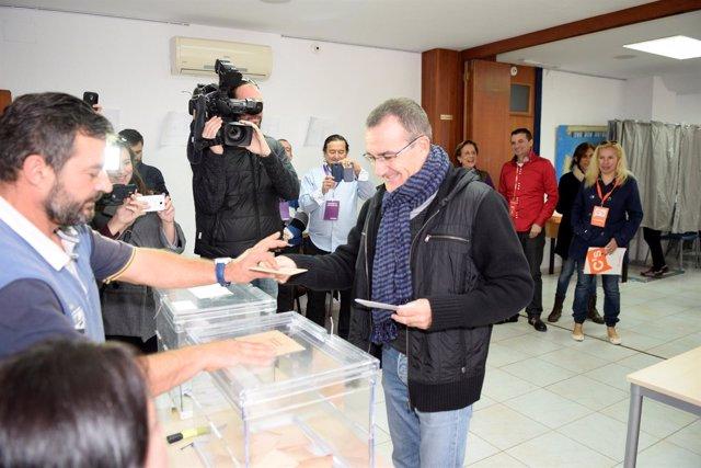 El candidato de Podemos, Juan Pedro Yllanes, acude a votar