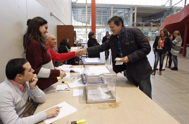 Javier Fernández votando en Gijón
