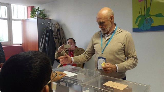 Gabino Puche, votando en Jaén.