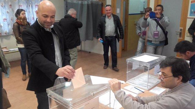 Molina (Podemos) votando