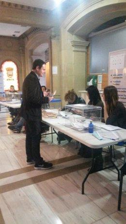 Hasier Arraiz votando en San Sebastián.
