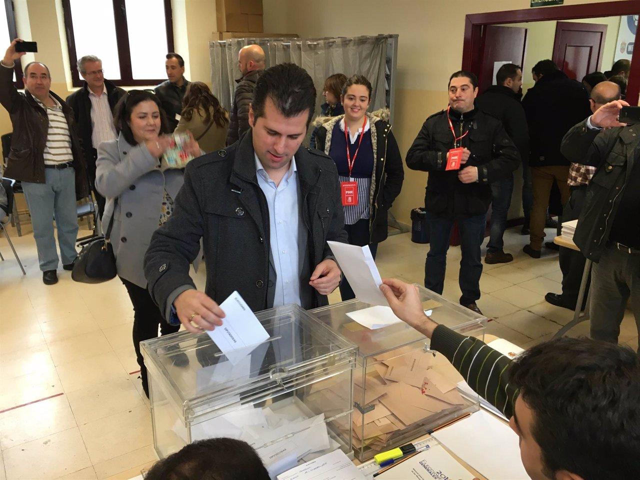 Luis Tudanca ejerce su derecho al voto